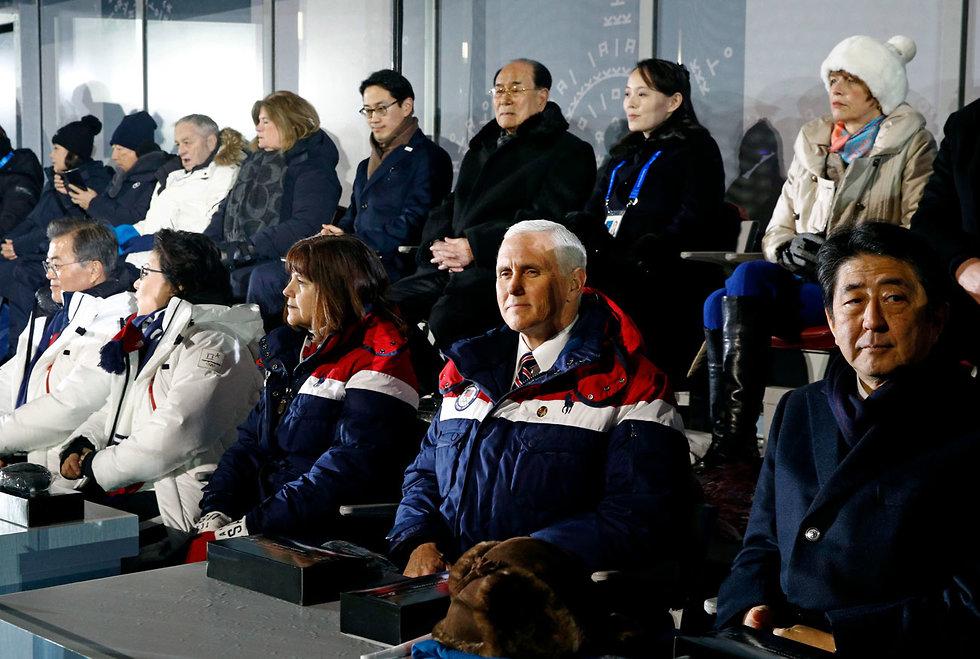 """מימין - ראש ממשלת יפן וסגן נשיא ארה""""ב. במרכז: אחותו של רודן צפון קוריאה (צילום: AP)"""