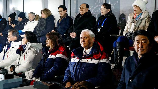 """בתמונה אחת: אחותו של קים ג'ונג און, קים יו ג'ונג, סגן נשיא ארה""""ב מייק פנס ונשיא דרום קוריאה מון ג'אה-אין (צילום: AP) (צילום: AP)"""