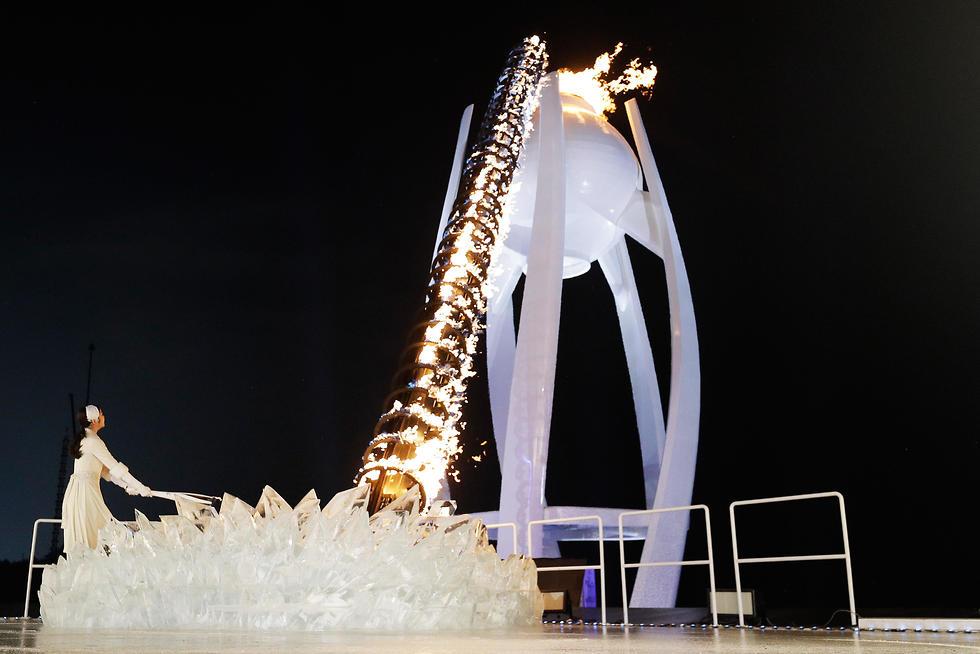 יו-נה קים מדליקה את הלפיד (צילום: גטי אימג'ס) (צילום: גטי אימג'ס)