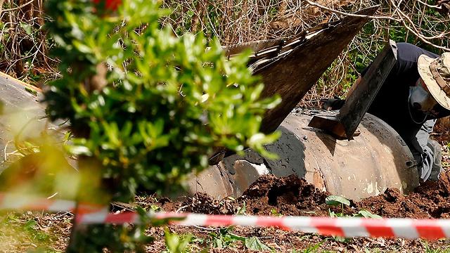 """שרידי טיל נ""""מ סורי ביישוב בצפון (צילום: AFP)"""