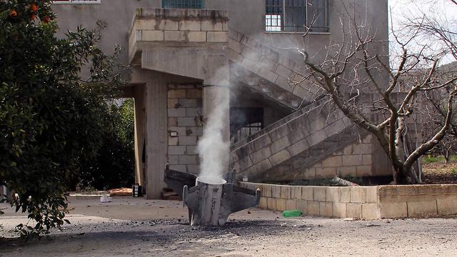 """שרידי טיל נ""""מ סורי שנפל בדרום לבנון (צילום: AFP) (צילום: AFP)"""