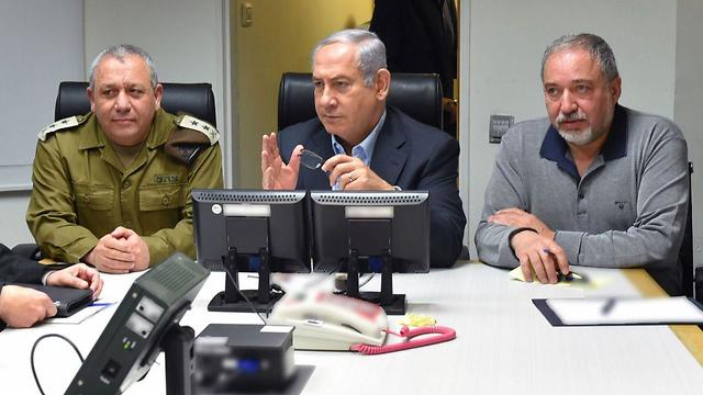 Netanyahu, center, with IDF chief Eisenkot, left, and Defense Minister Lieberman, holding a situation assessment after the incident (Photo: Ariel Hermoni/Defense Ministry)
