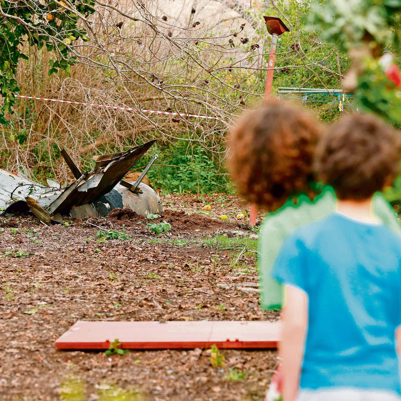שרידי טיל בחצר הבית הגלילי, אתמול בסמוך למקום נפילת המטוס | צילום: אי־אף־פי