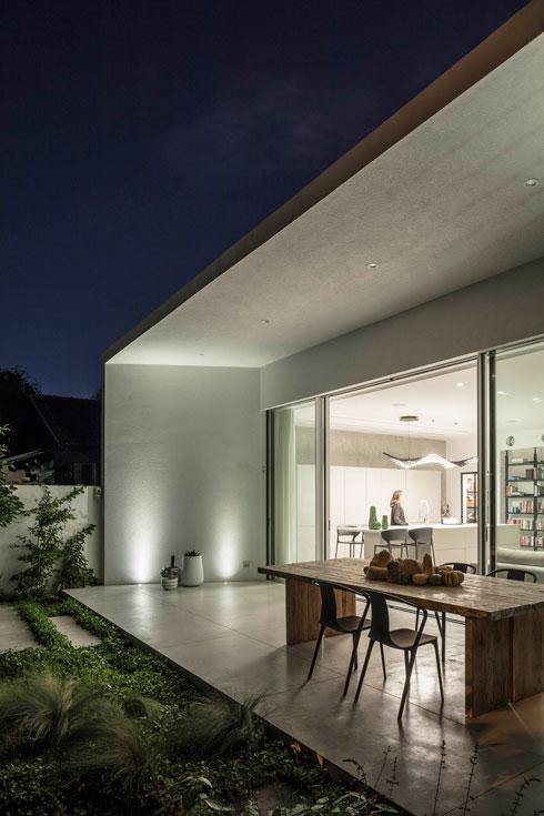 במקום פרגולה: מסגרת בטון שנמשכת מתוך הבית (צילום: עמית גירון)