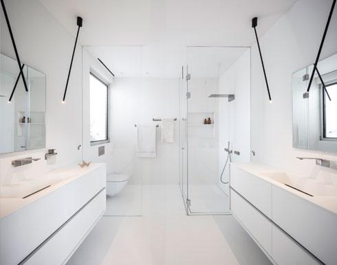 חדר הרחצה של ההורים כולו מקוריאן לבן - רצפה, קירות ומשטחים (צילום: עמית גירון)