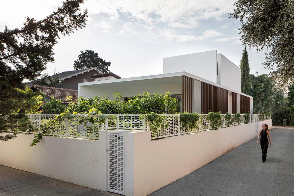 הבית החדש צמח לרוחב ולא לגובה. הקומה העליונה, שבה יחידת ההורים, הוצנעה מהרחוב, וצמחים מטפסים עתידים לכסות את הגדר (צילום: עמית גירון)