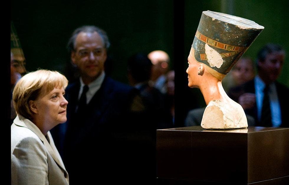 """מרקל מביטה בברלין על """"האישה היפה בעולם העתיק"""" (צילום: רויטרס)"""
