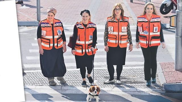 """המתנדבות של חוס""""ן עם הכלבה לוסי. רגישות לזיהוי אנשים במצוקה (צילום: אלכס קולומויסקי) (צילום: אלכס קולומויסקי)"""