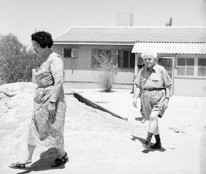 """הזוג בן גוריון בשדה בוקר, 1961. """"עשיתי מה שהייתי חייב לעשות"""" (צילום: דוד רובינגר)"""