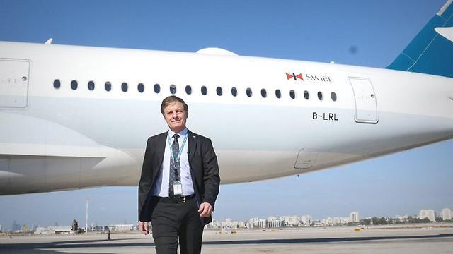 כץ וברקע מטוס החברה: איירבוס A350 (צילום: אסף קוזין) (צילום: אסף קוזין)