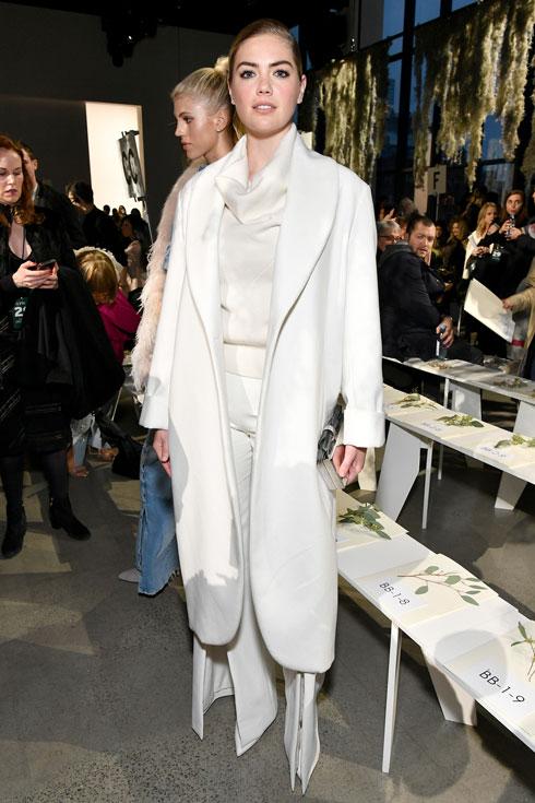 יפה בלבן. קייט אפטון בתצוגה של ג'ונתן שמחאי (צילום: Gettyimages)
