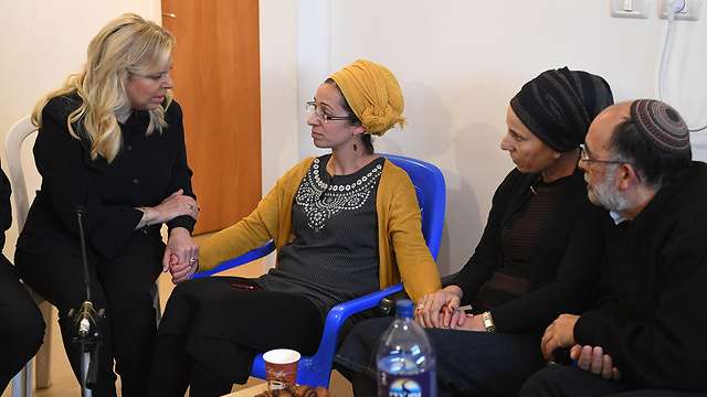 Sara Netanyahu, the prime minister's wife, visits Miriam Ben Gal to offer her condolences (Photo: Kobi Gideon/GPO)