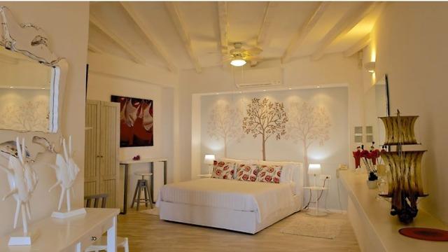 אחד מחדרי השינה הרבים (צילום: מתוך dreamvillamykonos.com) (צילום: מתוך dreamvillamykonos.com)