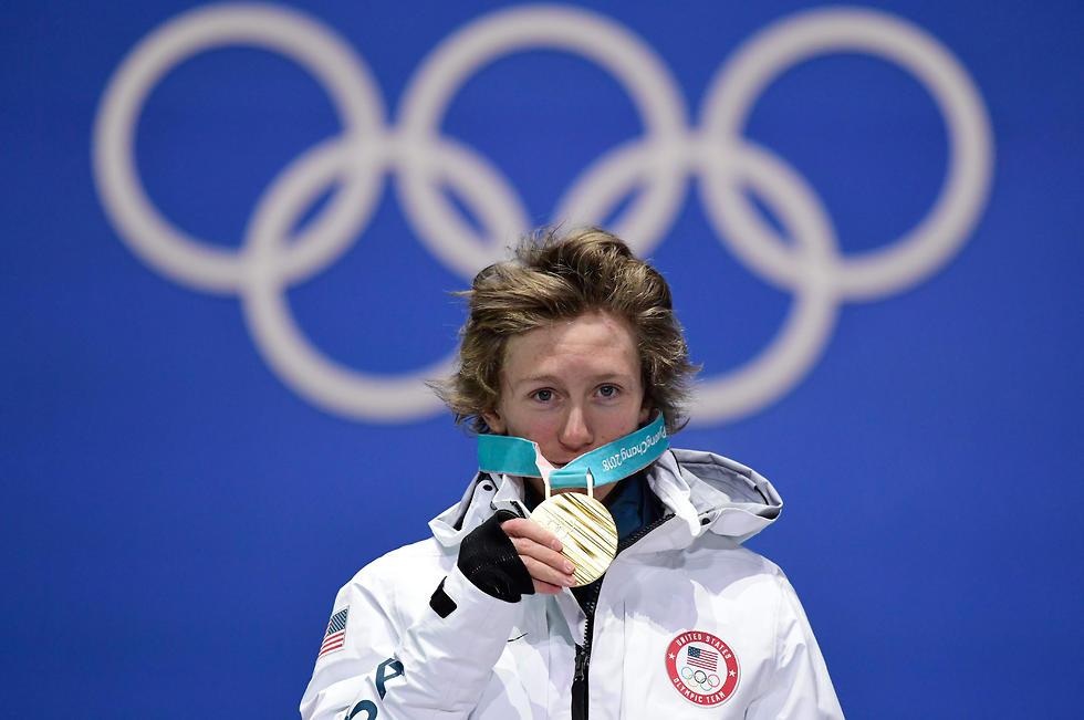 """ג'רארד. """"המדליה יותר כבדה ממה שחשבתי"""" (צילום: AFP) (צילום: AFP)"""