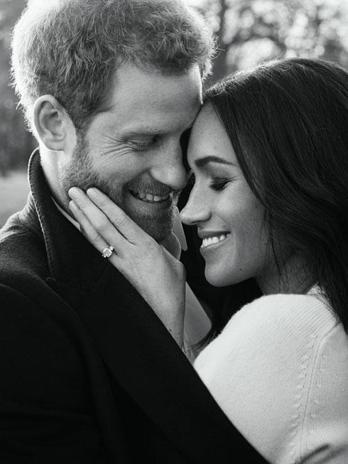 """""""היא נראתה נפלא בסוודר שלי"""". מייגן מרקל בתמונת האירוסין הרשמית עם הנסיך הארי (צילום: Gettyimages)"""