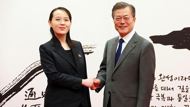 אחותו של קים ג'ונג און הובילה את המשלחת של הספורטאים לדרום. קים יו ג'ונג עם נשיא הדרום מון ג'אי-אין (צילום: AFP) (צילום: AFP)