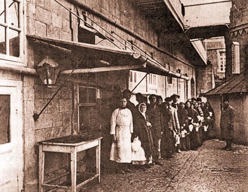 צליינים ממתינים בתור לארוחה בחצר סרגיי  (צילום: American Colony photographers, cc)