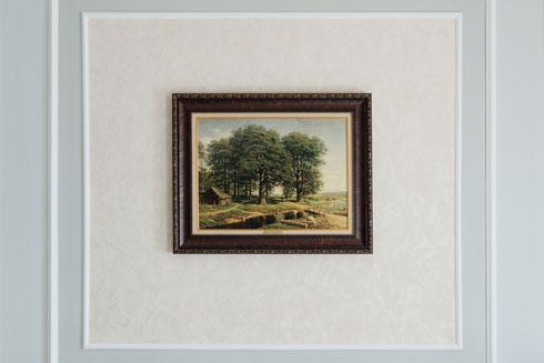 בחדרים ובמסדרונות תלויים העתקים של ציורי נוף רוסיים  (צילום: גדעון לוין)