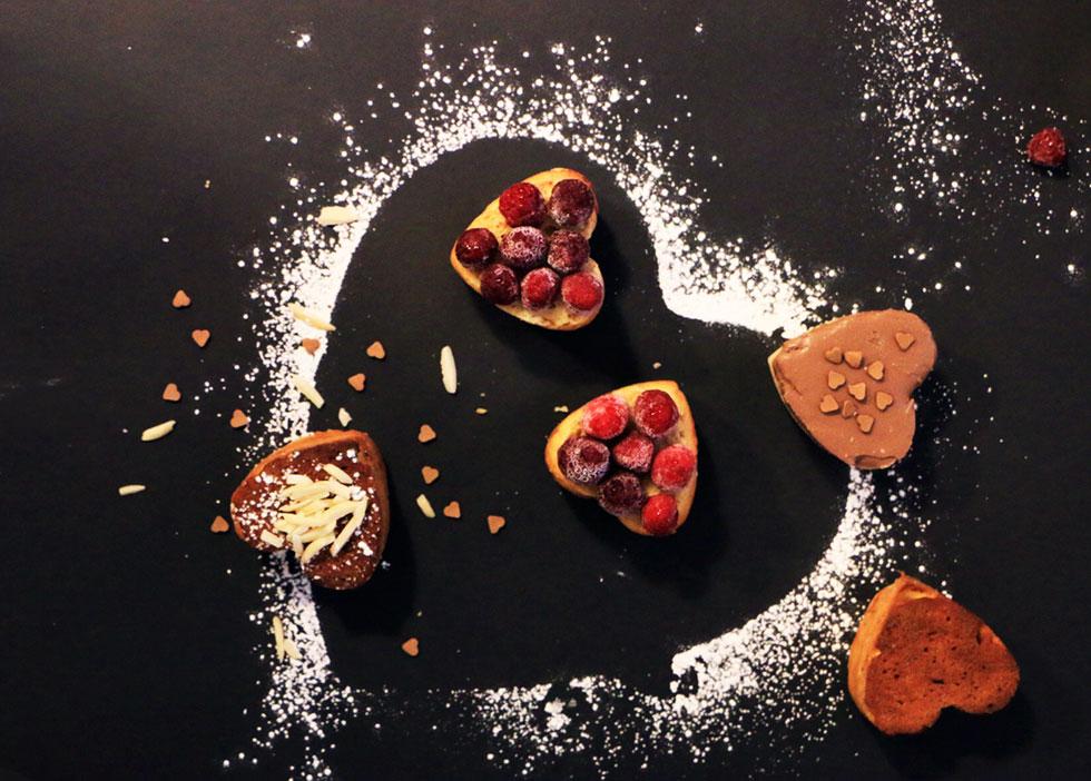 עוגת מוס שוקולד גם יפה וגם טבעונית (צילום: הודליה כצמן BakeCare)