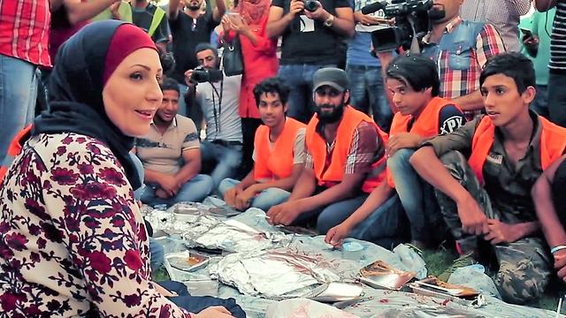 עלווש בארוחת שבירת צום הרמדאן עם פועלי פינוי אשפה של העירייה ()