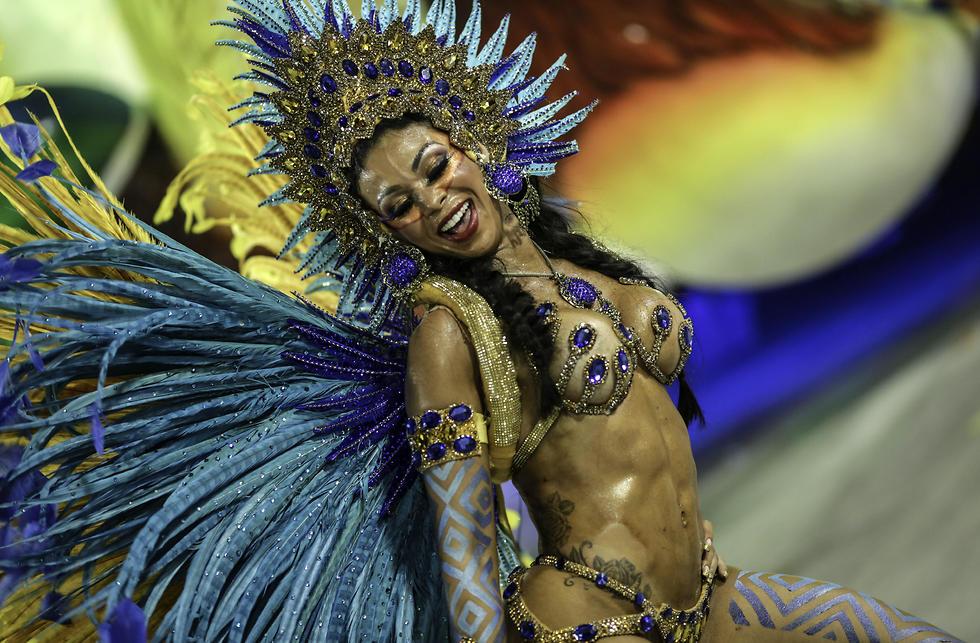 רקדנית סמבה בקרנבל בריו דה ז'ניירו (צילום: AP) (צילום: AP)