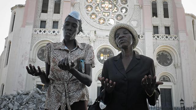 בין הנשים שנאנסו או הוטרדו מינית - תושבות מקומיות שעבדו בארגון הסיוע לפרנסתן. פורט או פרנס, האיטי, לאחר רעידת האדמה ב-2010 (צילום: AFP) (צילום: AFP)