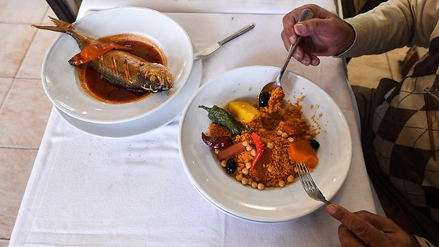 קוסקוס עם דג במסעדה בתוניס, בירת תוניסיה (צילום: AFP) (צילום: AFP)