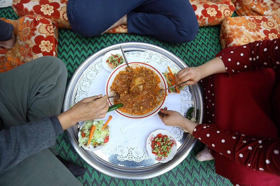 ארוחה משפחתית בטריפולי, לוב. קוסקוס עם בשר טלה, דלעת ובצל (צילום: AFP) (צילום: AFP)