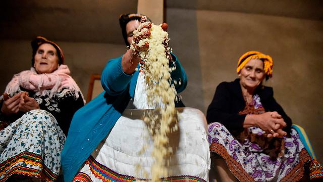 אלג'יראיות מכינות קוסקוס בכפר ממזרח לבירה אלג'יר (צילום: AFP) (צילום: AFP)