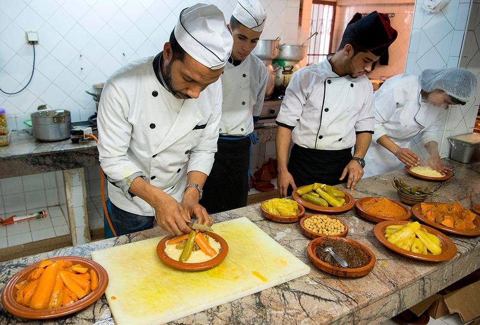 שף מרוקאי מכין קוסקוס בבירה רבאט (צילום: AFP) (צילום: AFP)