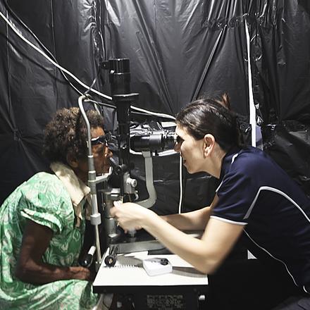 """ד""""ר אוה פלטנר בודקת מטופלת לאחר ניתוח קטרקט על האונייה"""