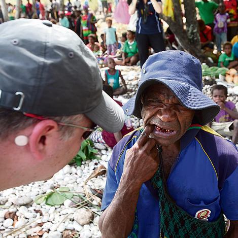 """ד""""ר אורי פלטנר  בודק מטופל  אחד מני רבים בקנזרואה"""
