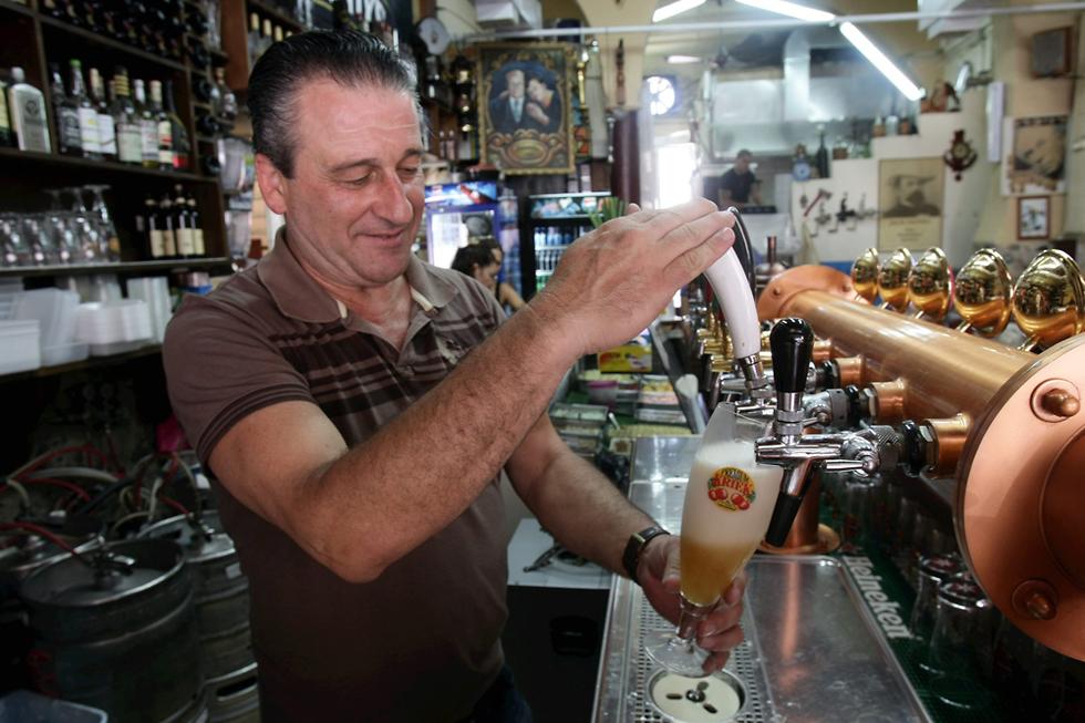 """בירה על הבוקר ב""""מעיין הבירה"""" (צילום: אלעד גרשגורן)"""
