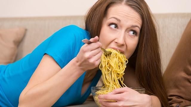 קשורה לעלייה במשקל. אכילה מהירה (צילום: shutterstock) (צילום: shutterstock)