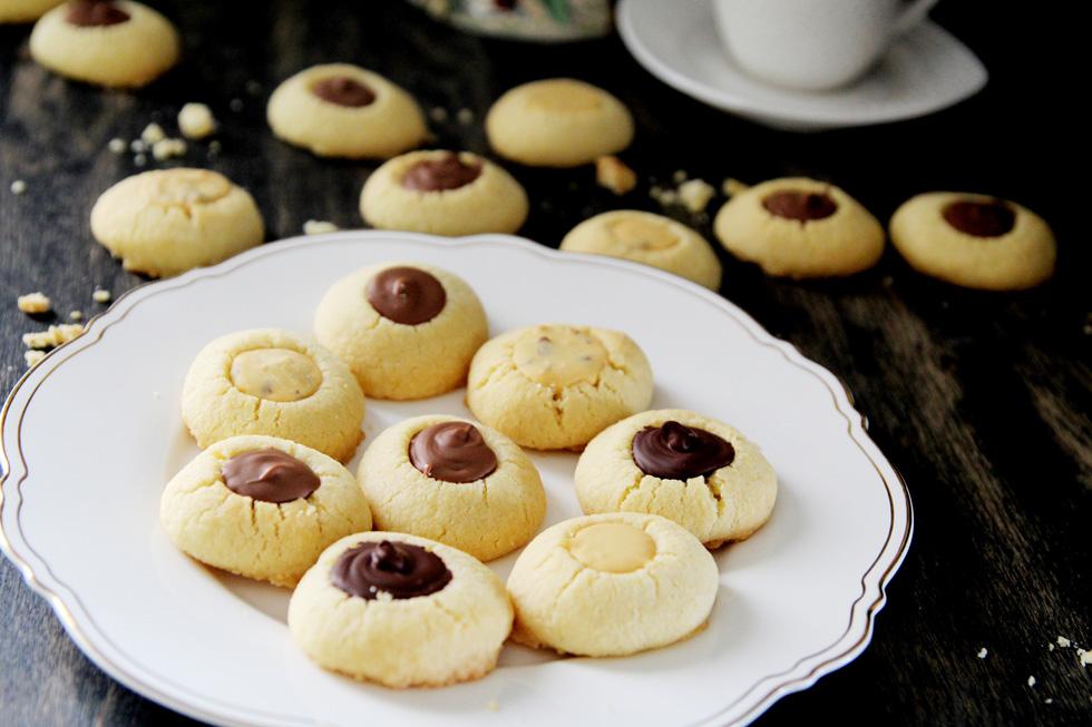 עוגיות חמאה ושקדים עם שלושה סוגי שוקולד (צילום: דפנה אוסטר מיכאל)