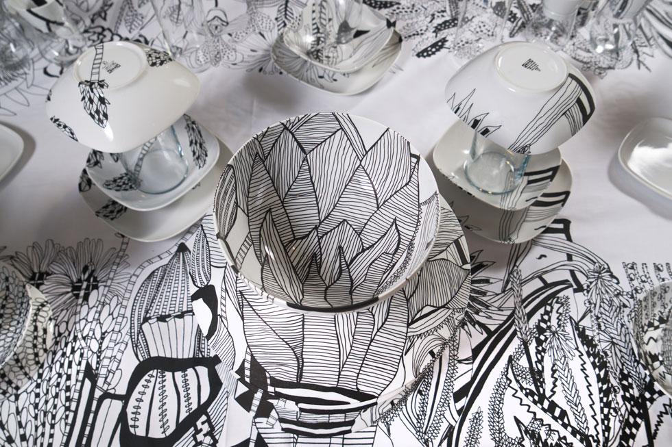 גלס יצרה מגדיר צמחים אישי, שכולל יותר מ-80 צמחים ממשפחות שונות. את הכלים המאוירים הניחה על מפת שולחן מעוטרת בהדפס של הגן, כשהיא מקפידה על קשר והמשכיות בין הכלים המאוירים לאיורים שמתחתיהם (צילום: צור קוצר)