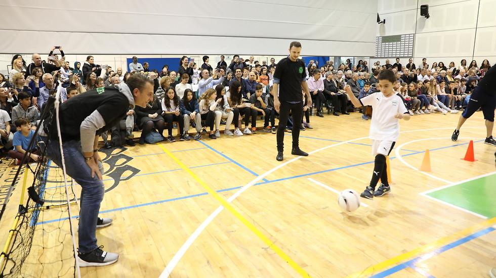 """ילד מ""""אילן"""" מנסה להכניע את לירן שטראובר (צילום: חן גלילי) (צילום: חן גלילי)"""