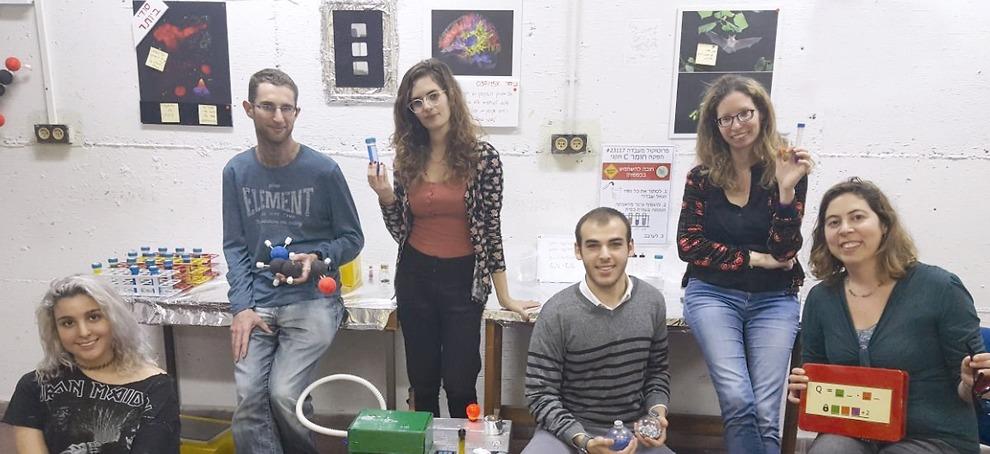 """צוות הפרויקט: משמאל למעלה: ד""""ר דנה בר-און - מנהלת מרכז ה-Minducate, מימין למטה: ד""""ר לימור רדוסקוביץ- חוקרת במרכז ה-Minducate ומובילת המיזם. למטה משמאל לימין: אור גנון, גיא טייכמן, שקד פלגי, טלי קונדט (מימין למעלה), סטודנטים שנה ג' בבית-ספר סגול למדעי המוח - יוזמי המיזם וצוות הבנייה וההפקה  (צילום: MINDOOR )"""
