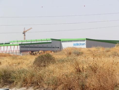 """המפעל מתבלט למרחוק, בעיקר לנוסעים בכביש 40 (באדיבות: אד' עופר ארוסי עדה כרמי מלמד אדריכלים בע""""מ)"""
