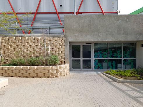 חומרים קלים, שמאוד לא מזוהים עם הבניינים של כרמי-מלמד, ובכל זאת קצת בטון (צילום: אורן אלדר)