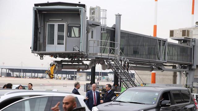 שר התחבורה ישראל כץ ליד שרוול שמחובר לזרוע (צילום: מוטי קמחי) (צילום: מוטי קמחי)