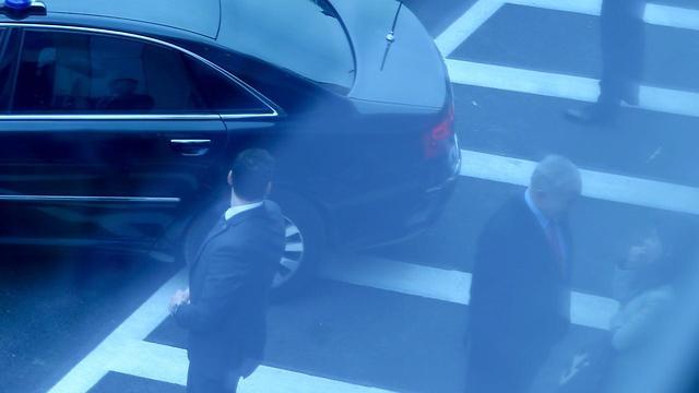 """נתניהו ועובדת לשכתו משוחחים מחוץ לאולם בנתב""""ג (צילום: מוטי קמחי) (צילום: מוטי קמחי)"""