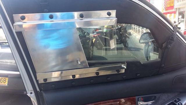 דלת הנהג הממוגנת בטויוטה לנד קרוזר של עמיר מולנר ()