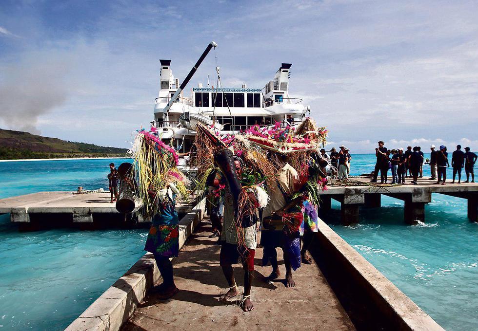 האונייה עוגנת ליד המזח בכפר קנזרואה, שתושביו מקבלים את פני המשלחת במחולות (צילום: צור שיזף) (צילום: צור שיזף)