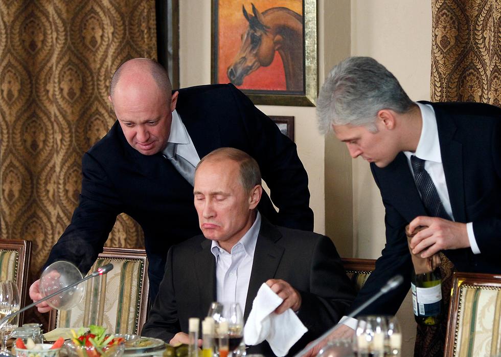 מגיש אוכל לפוטין במסעדה מחוץ למוסקבה (צילום: AP) (צילום: AP)