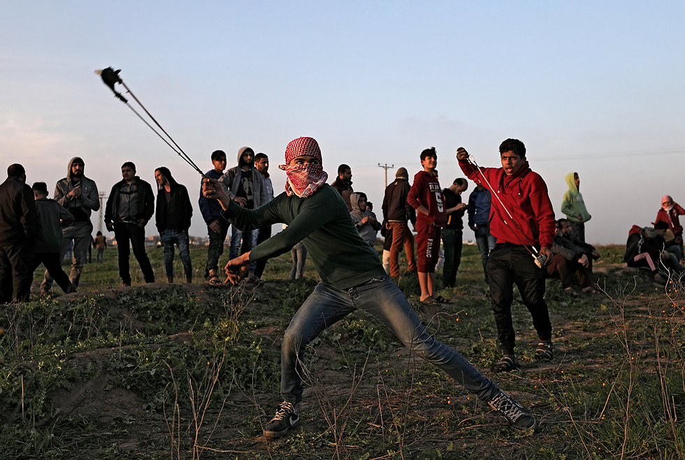 Palestinians clashes with IDF forces on Gaza border (Photo: EPA)