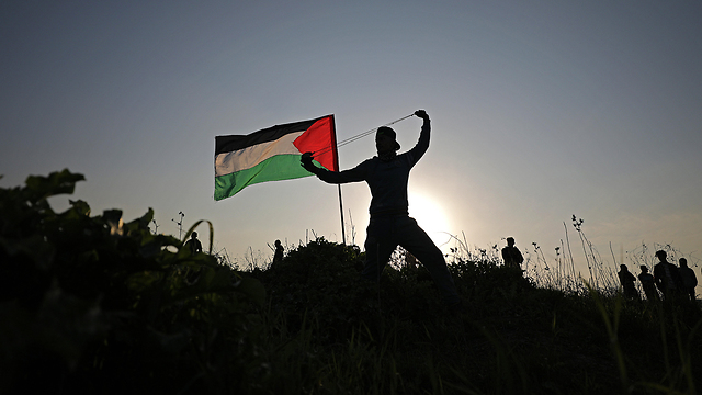 Palestinian protester near the Gaza border (Photo: EPA)
