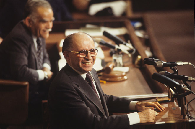 בגין ב-1979, כראש ממשלה, נואם בדיון בכנסת בנושא הסכם השלום עם מצרים (צילום: דוד רובינגר)