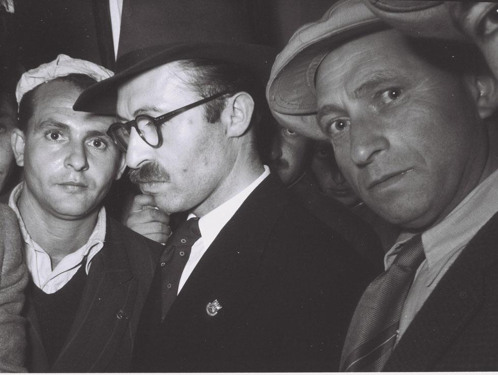 """בגין (במרכז) בכיכר ציון, דקות אחדות לפני שעלה לנאום. שמונה חודשים לאחר מכן נחתם הסכם השילומים, למרות המחאה (צילום: פין הנס, לע""""מ)"""