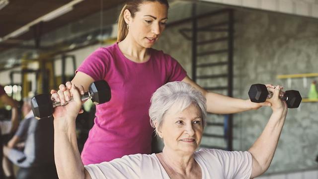 אימון משקולות בשביל לבנות ולחזק את השריר (צילום: shutterstock) (צילום: shutterstock)